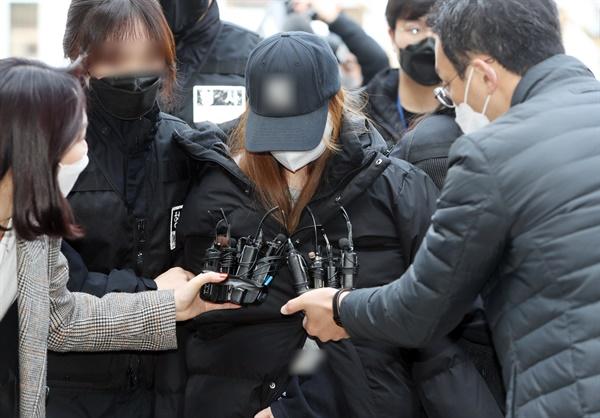 11일 오전 대구지방법원 김천지원에서 경북 구미서 숨진 3세 여아의 친모로 밝혀진 외할머니가 구속 전 피의자 심문(영장실질심사)을 받기 위해 법원으로 들어가고 있다.