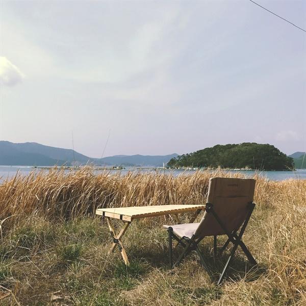 쪽방항 끝에 해안도로가 끝나는 지점에 있는 공터에 앉았다.