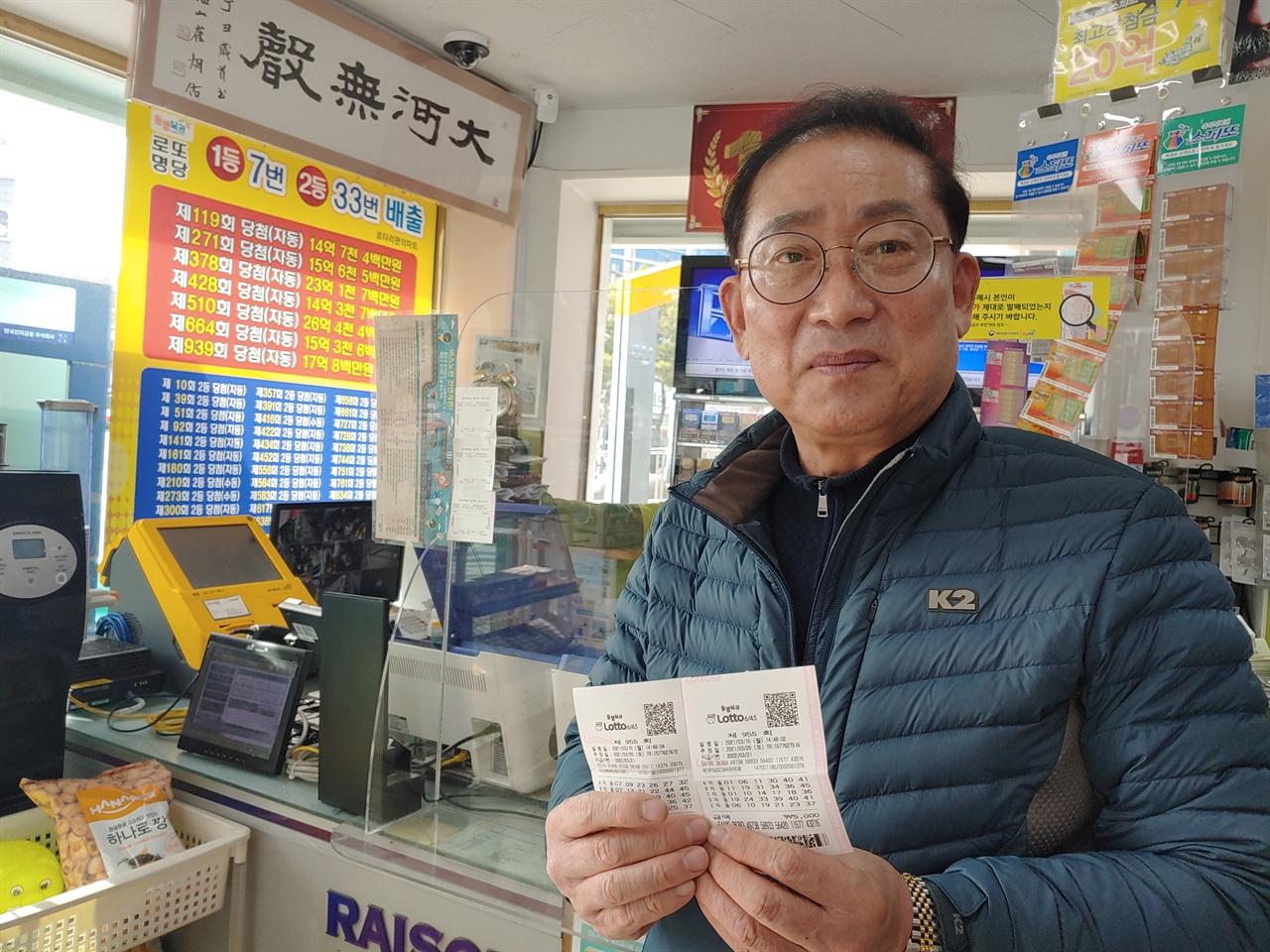 """로또 1등 당첨자가 7명 나온 판매점을 운영하는 이두성 씨는 """"복권에 과도하게 몰입하는 건 좋지 않다""""고 충고한다."""