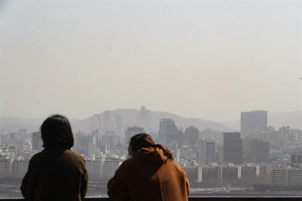1가구1주택 기준 종합부동산세 부과 대상 주택이 작년보다 21만5천 호 이상 늘어나게 됐다. 국토교통부에 따르면 올해 공시가격이 1가구1주택 기준 종부세 부과 대상인 9억 원을 초과한 주택은 전국이 총 52만4천620호, 서울은 41만2천970호로 집계됐다. 사진은 16일 서울 응봉산에서 바라본 시내 아파트 단지 모습.
