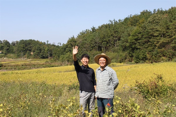 박종범 대표와 농부와의 만남 박종범 대표가 농사펀드와 연계된 농부를 만나 인터뷰 하기 전 사진을 찍고 있다.