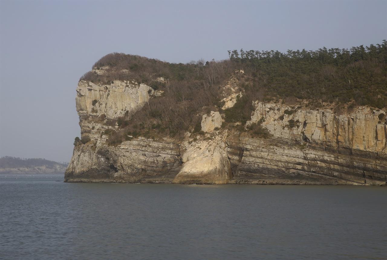 진도 관매도의 해안 절경. 관매도 해안이 기암괴석으로 둘러싸여 있어 배를 타고 돌아보면 더 아름답다.