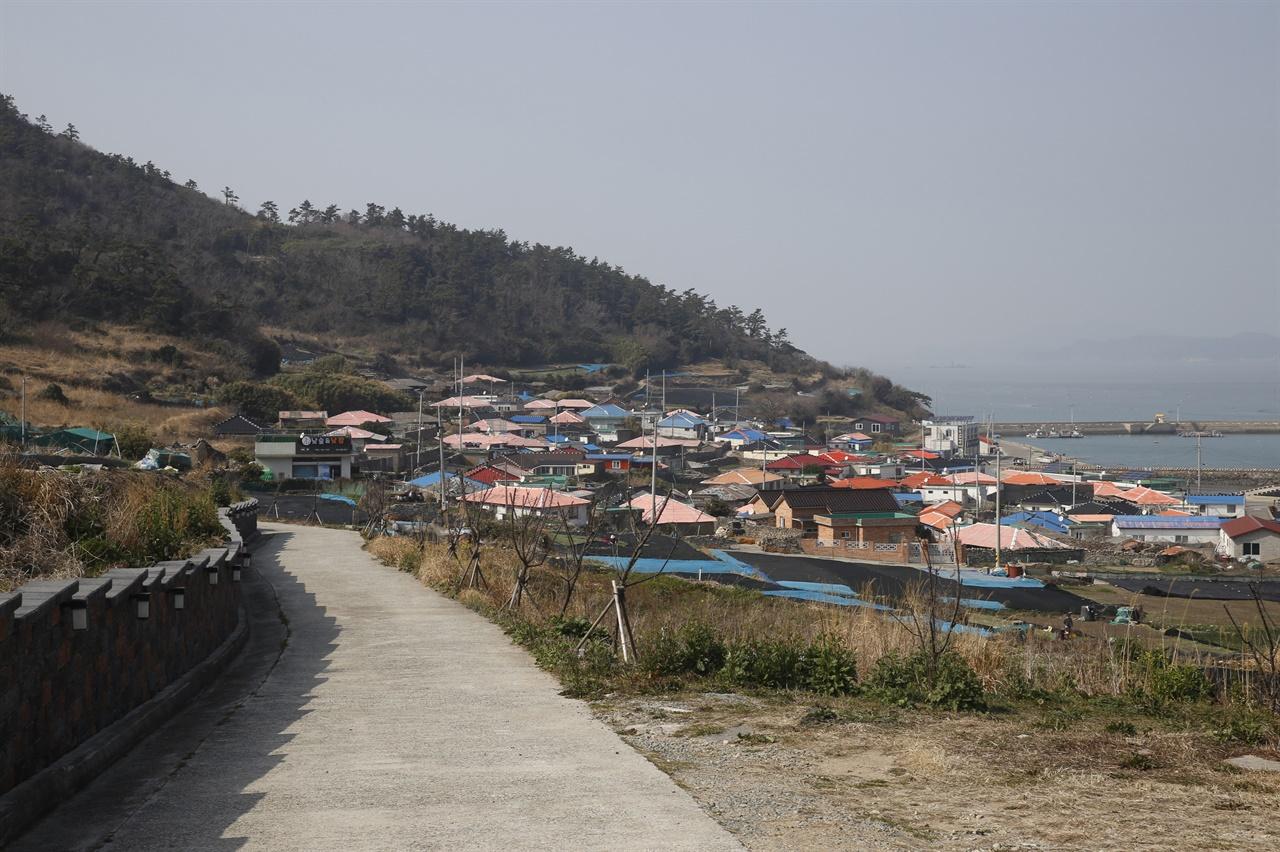 관매도 바닷가에 자리하고 있는 관호마을 전경. 마을 뒤 언덕의 우실에서 내려다 본 풍경이다.