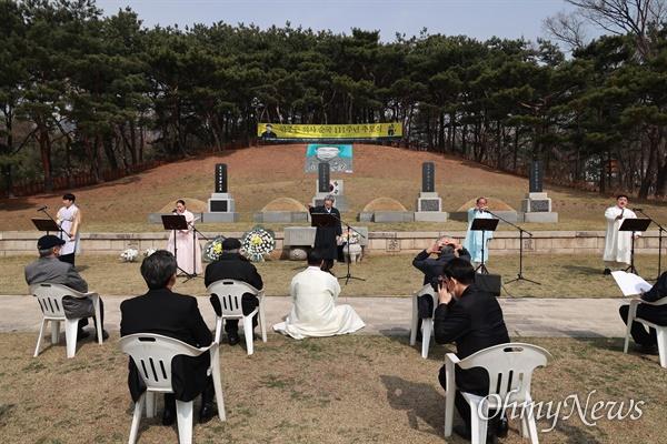 판소리 명창 임진택씨와 동료 국악인들이 26일 오전 서울 용산구 효창원 안중근의사 묘역에서 열린 '안중근 의사 순국 111주년 추모식'에서 창작판소리 '안중근' 헌정공연을 하고 있다.