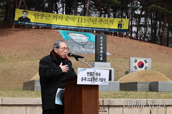 함세웅 안중근의사기념사업회 이사장이 26일 오전 서울 용산구 효창원 안중근의사 묘역에서 열린 '안중근 의사 순국 111주년 추모식'에서 인사말을 하고 있다.