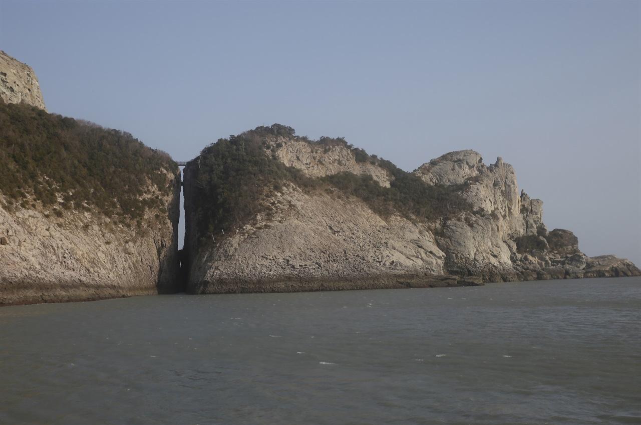 바다에서 본 하늘다리 풍경. 흡사 칼로 자른 듯, 섬과 섬이 양쪽으로 갈라져 있다. 그 위를 나무다리로 이어 놓았다.