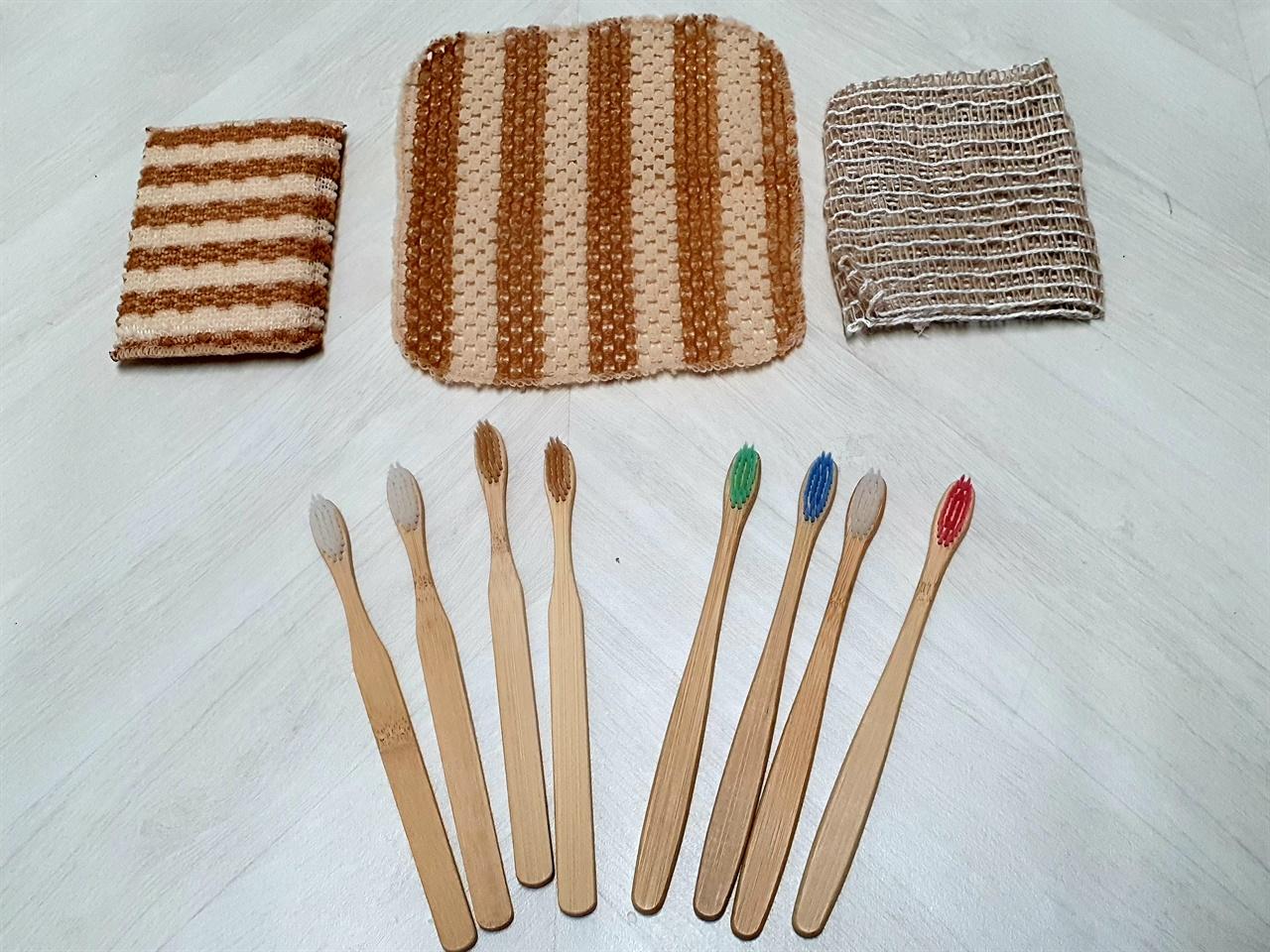 대나무로 만든 칫솔과 옥수수 전분 및 삼베로 만든 수세미