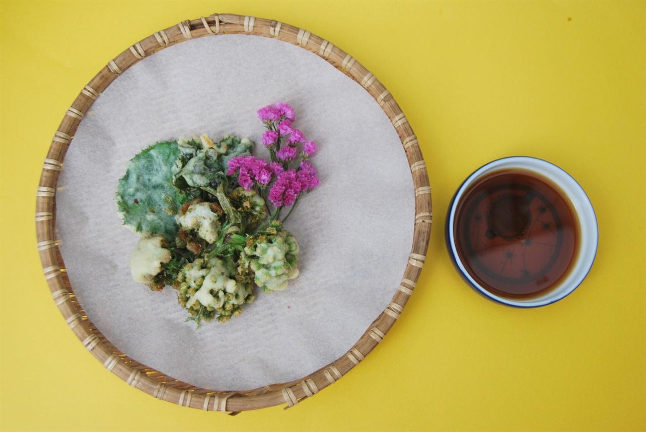 머위꽃과 머위 잎 튀김은 새콤한 소스가 곁들여지면 금상첨화다.