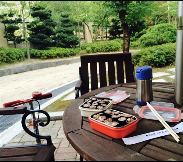 봄 소풍 시절  너무 덥지도 너무 춥지도 않은 봄날. 실컷 놀고 허기질때 쯤 근처 한적한 곳에 자리 잡고 김밥을 먹으면 천상의 맛이었다. 아이들은 지금도 이 맛을 잊지 못하고 있다.