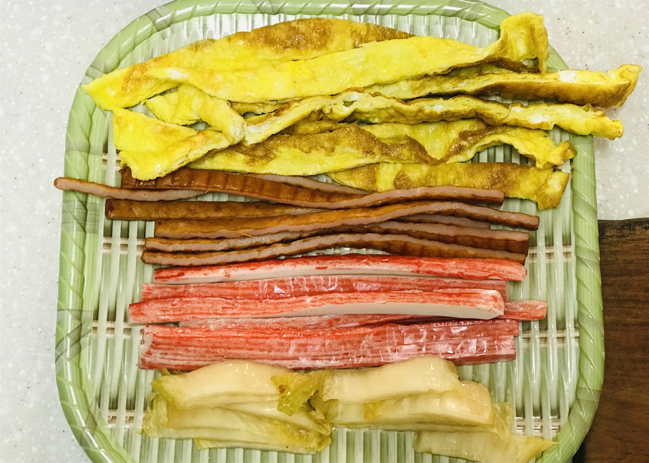 번거롭지 않은 김밥 재료  꼭 필요한 것만. 계란부침, 햄, 맛살, 씻은 김치. 이 이상은 무리다.
