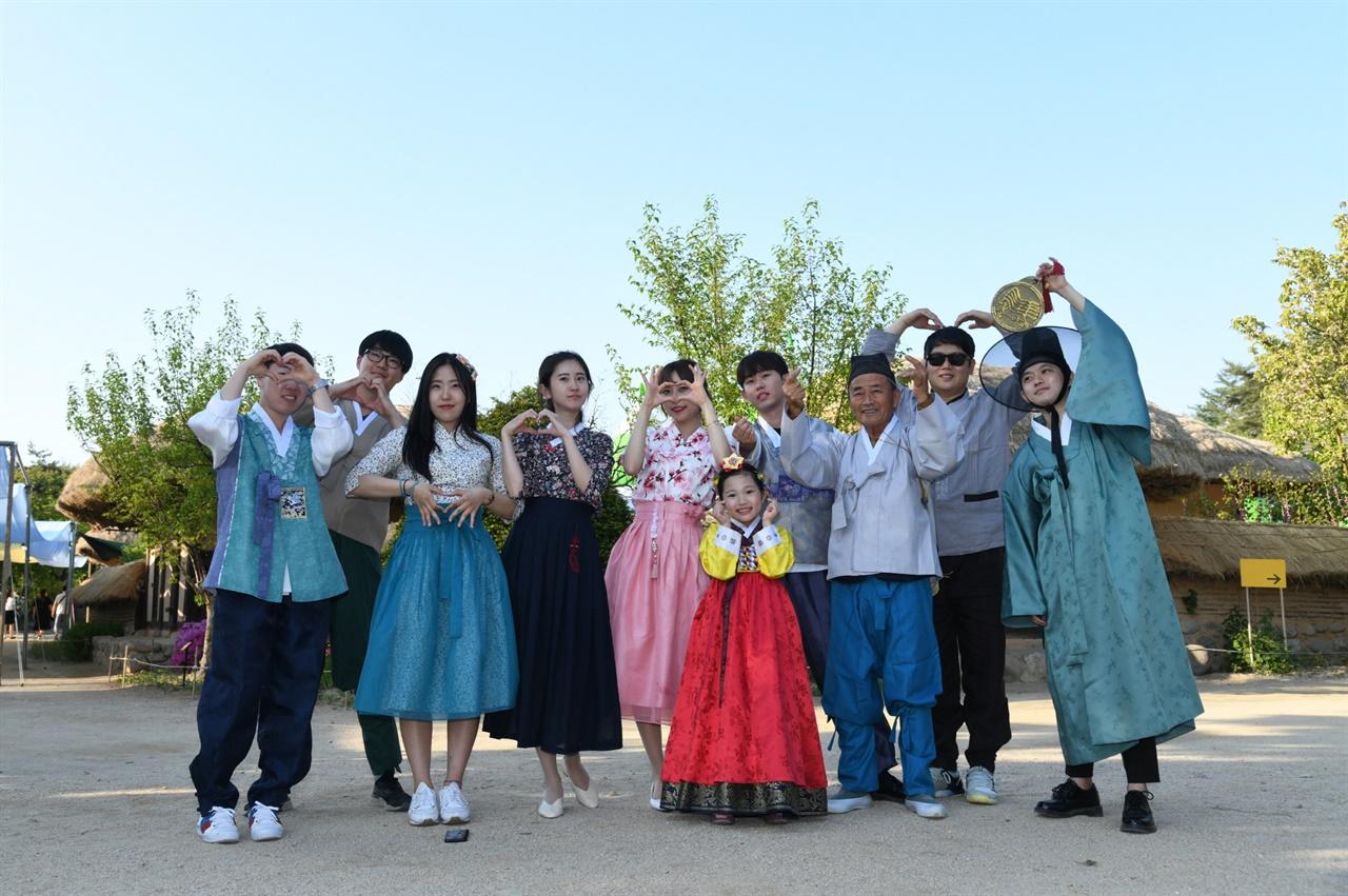 '코로나19 사태'가 있기 전 선비촌을 찾아 전통문화를 체험한 관광객들.