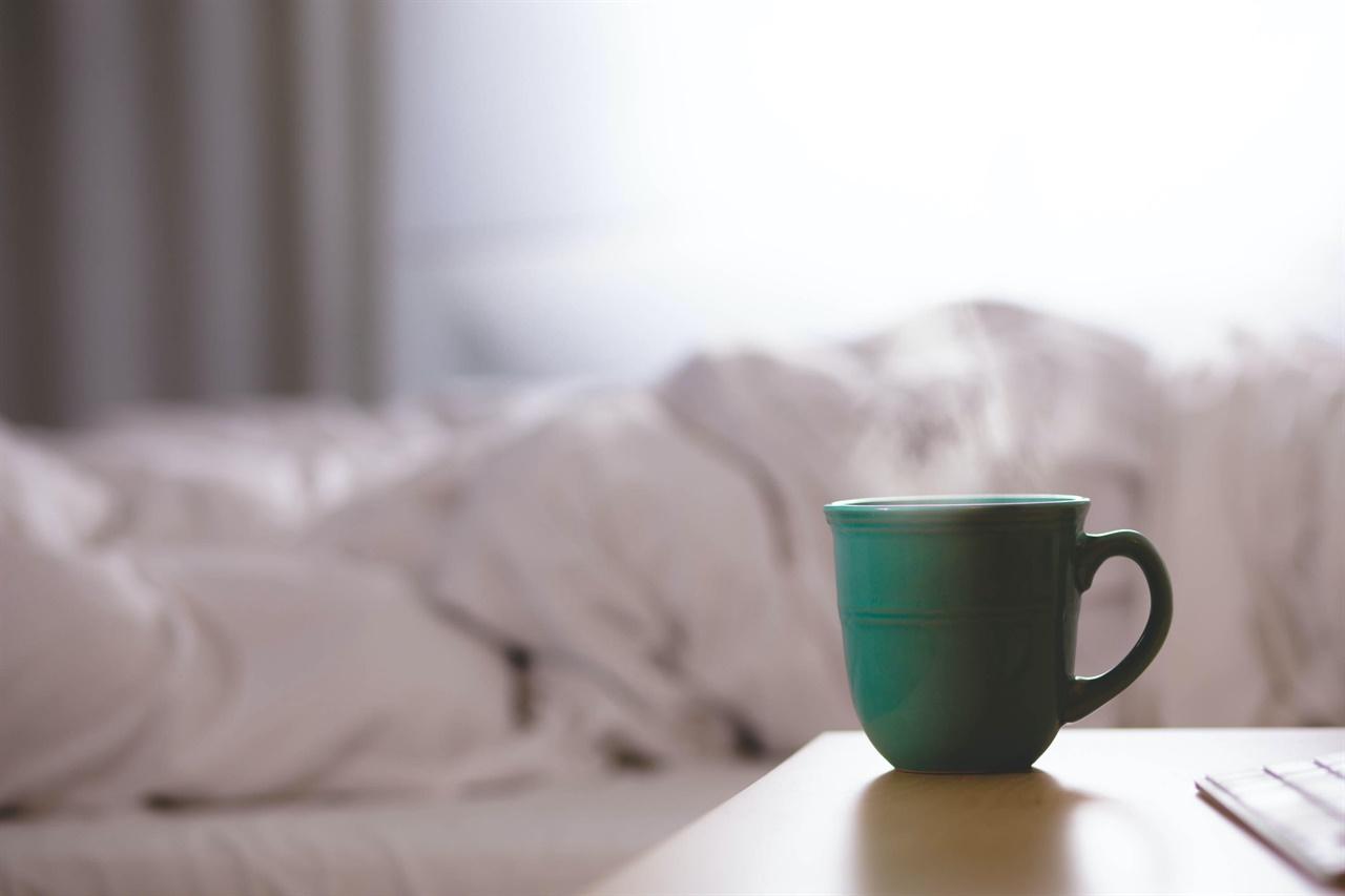 아침에 따뜻한 차 한 잔은 잠을 깨우고 기분을 푸는 데 도움이 된다.