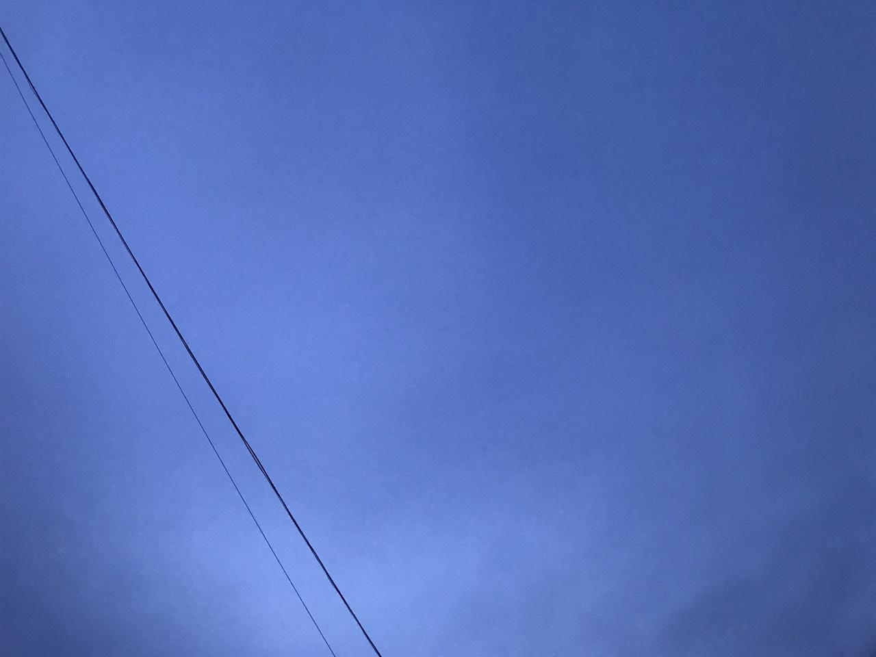 아침이 밝아오는 새벽의 하늘은 이렇게 푸르다.
