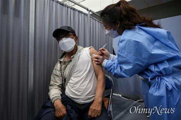 만 75세 이상 고령자를 시작으로 일반인 대상 신종 코로나바이러스 감염증(코로나19) 백신 첫 접종이 시작된 1일 오전 서울 송파구 예방접종센터에서 한 어르신이 화이자 백신 접종을 하고 있다.