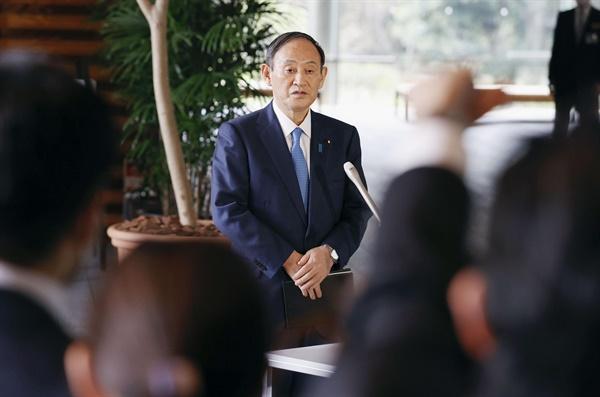 """스가 요시히데 일본 총리가 25일 도쿄 총리관저에서 기자회견을 하고 있다. 스가 총리는 이날 국가안전보장회의(NSC)가 끝난 뒤 가진 회견에서 """"조금 전 북한이 탄도미사일 2발을 발사했다""""며 북한의 발사체를 탄도미사일로 단정했다. 그는 북한의 탄도미사일 발사는 작년 3월 29일 이후 처음이라며 유엔 안보리 결의 위반이라고 밝혔다."""