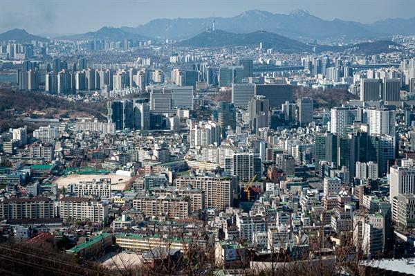 우면산 정상에서 조망하는 서울 시내. 서초구 제일의 풍경을 보여준다.