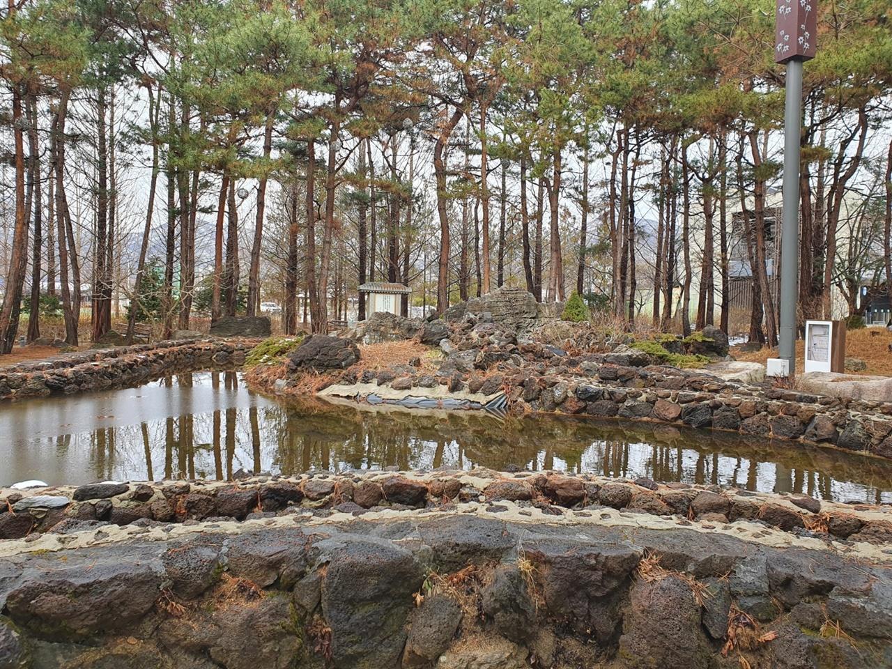 한반도 모양의 연못을 조성한 국사원 한반도 모양의 연못에 백수련을 심고 소나무와 무궁화를 둘러 심은 국사원이다. 정원 곳곳에는 돌로 만든 조각품도 다수 있어서 꽤나 많은 시간을 머무는 장소다.