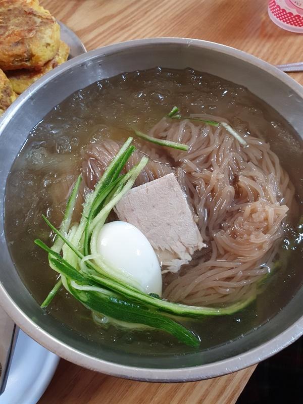 돼지고기 완자와 곁들어 먹는 옥천냉면 옥천냉면은 다른 냉면과 확실히 다른 개성의 맛과 특징이 있다. 면의 굵기 식감 육수의 맛이 매우 달라 익숙치 않을 수 있지만 묘하게 중독되는 것이 매력이다. 옥천냉면은 돼지고기 완자와 곁들어 먹는 것이 제맛이다.