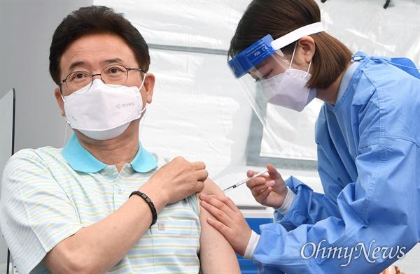이철우 경북도지사가 1일 오전 안동시 보건소에서 코로나19 아스트라제네카(AZ) 백신을 접종했다,