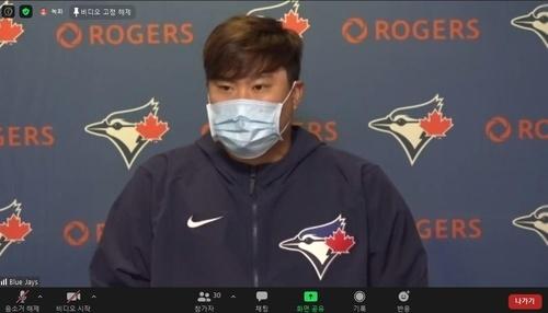 토론토 블루제이스 1선발 류현진이 2일(한국시간) 미국 뉴욕주 양키스타디움에서 열린 뉴욕 양키스와의 개막전에서 호투한 뒤, 화상 인터뷰를 하고 있다.