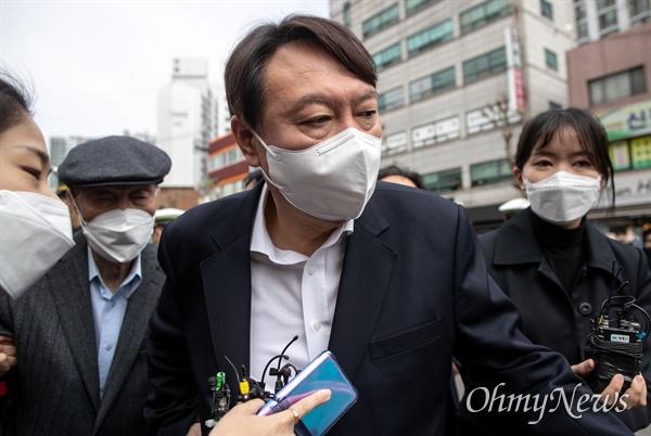 윤석열 전 검찰총장이 2일 오전 서울 서대문구 남가좌1동 주민센터에 마련된 사전투표소에서 투표를 마친 뒤 차량에 올라타고 있다.