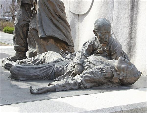 최정철·김구응  모자(母子) 상 아우내독립만세운동기념공원 안에 있는 만세운동 동상 속의 최정철·김구응  모자(母子) 상, 아우내장터 만세 시위 중 일본 헌병의 총검에 찔려 그 자리에서 숨진 아들을 끓어 안고 일본 순사를 호통치다 어머니도 그 자리에서 순국했다.