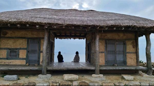 영화 자산어보에서 정약전 유배지의 배경이 된 도초도 발매리 촬영지 섬마을인생학교 참가자들이 영화 자산어보 찰영지에서 펼쳐진 바다를 바라보고 있다