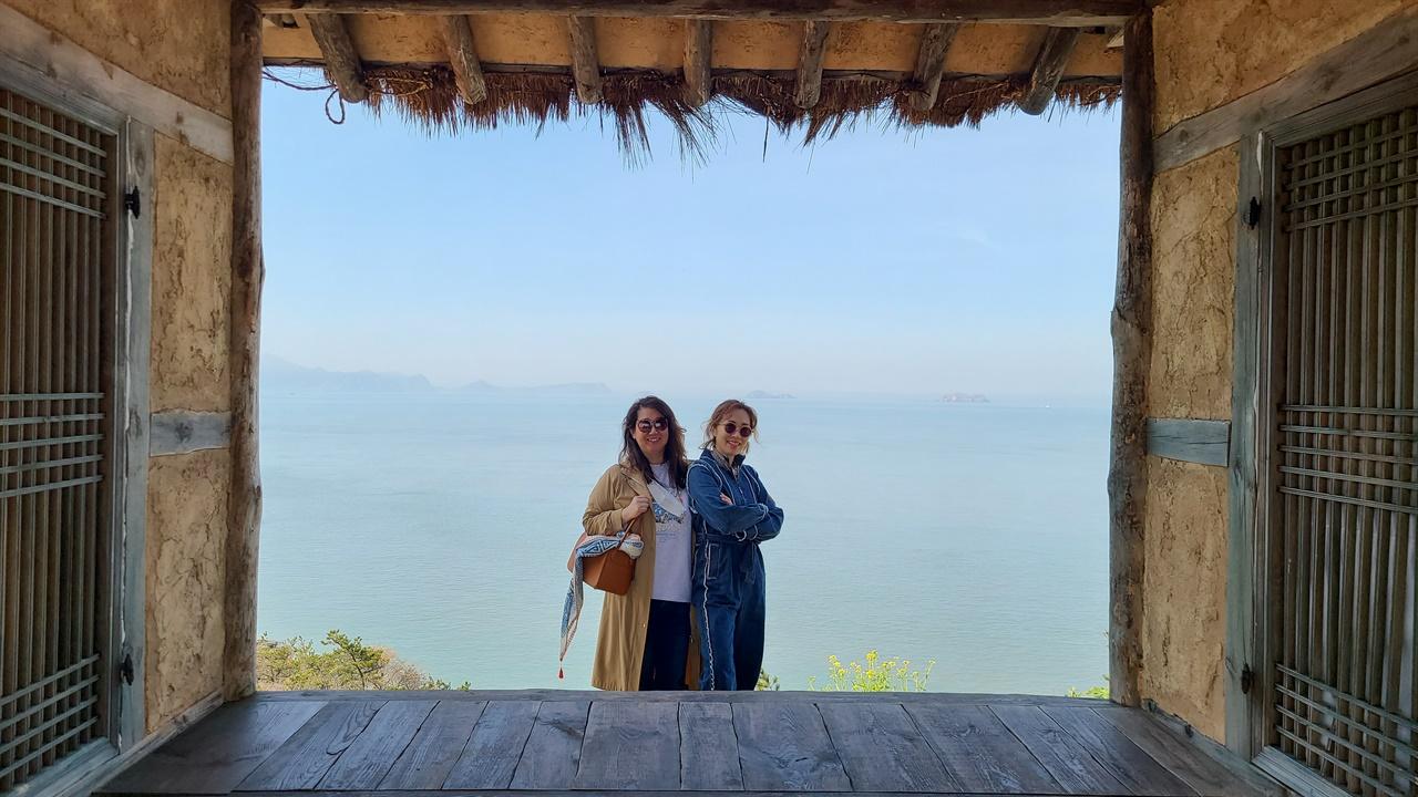 자산어보 촬영지에서  섬마을인생학교 참가자들이 영화 자산어보 촬영지에서 서남해안을 배경으로 기념 사진을 남기고 있다