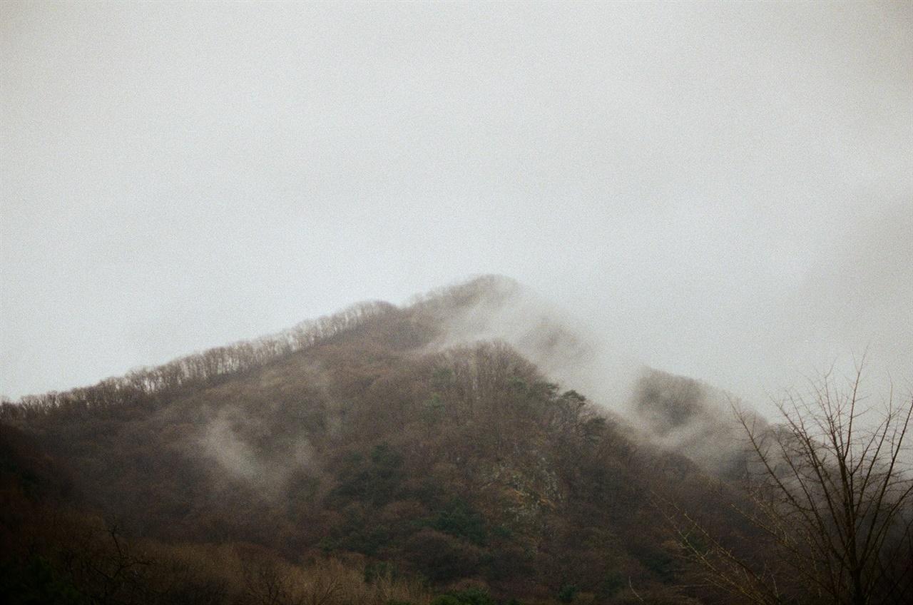 운무로 덮인 백암산 사시사철 아름답지만 그 중 비 내리는 백암산의 모습은 경이롭다.