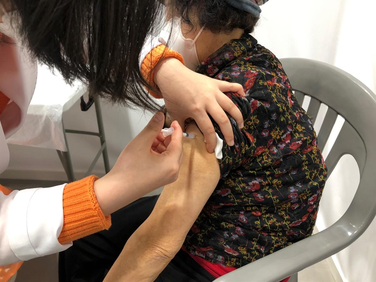 화이자 백신 접종 삼척시는 1일부터 3일까지 진행된 코로나19 백신접종 결과 889명이 1차 접종을 마쳤다고 밝혔다.