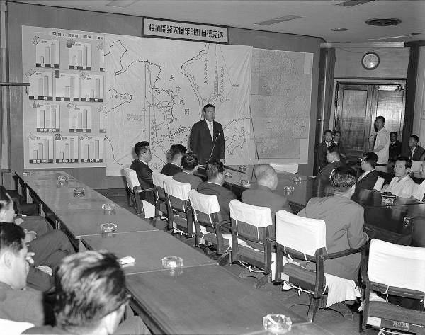 한일협정 설명회 1965년 6월 22일 사진으로, 설명회가 열린 명확한 장소는 확인이 안된다. 벽에 붙은 큰 현황판에 '경제개발 5개년 계획 목표완수'라 쓰인 것으로 보아, 정부 모처 상황실로 짐작된다.