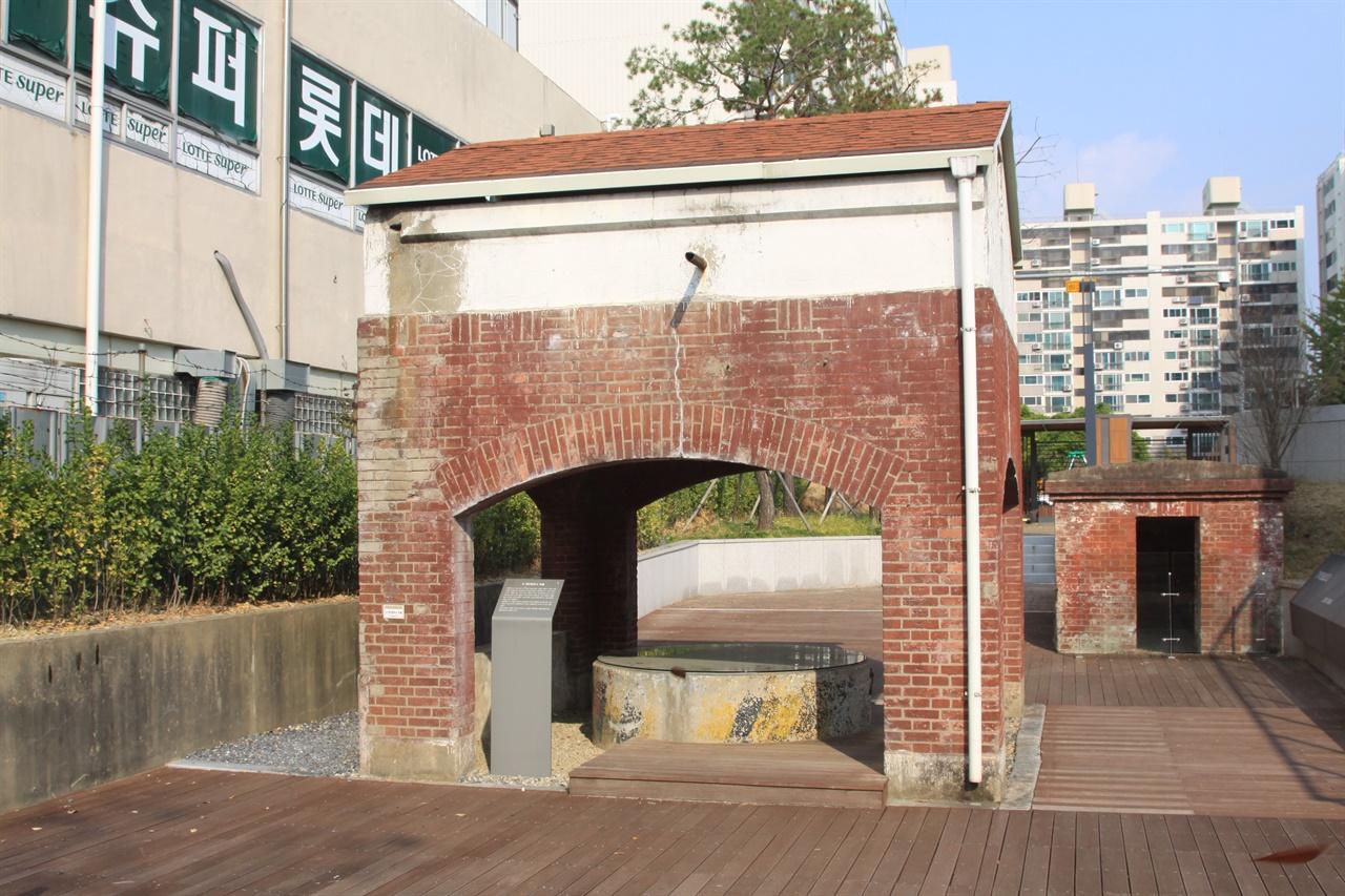 대전 형무소 우물   이 곳에서 인민군은 재소자들을 살해했다.
