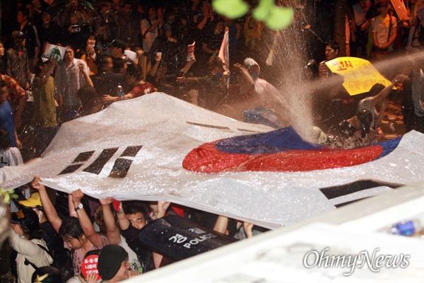 1일 새벽 광우병위험 미국산쇠고기 수입반대 및 재협상을 요구하며 효자동 청와대 입구에서 시위를 벌이던 시민, 학생들에게 경찰이 살수차(물대포)와 소방호스를 동원해서 물을 뿌리고 있다.