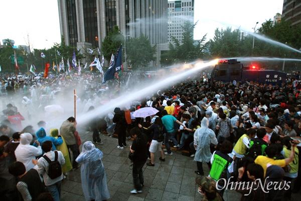 1일 새벽 서울 효자동 청와대 입구에서 광우병위험 미국산쇠고기 수입반대 및 재협상을 요구하는 시민,학생들에게 경찰이 살수차(물대포)를 동원해서 물을 뿌리고 있다.