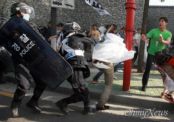 1일 오전 7시 45분경 서울 안국동 네거리에서 강제해산작전에 나선 경찰이 도망치는 한 시민의 뒤통수를 몽둥이로 내려치고 있다.