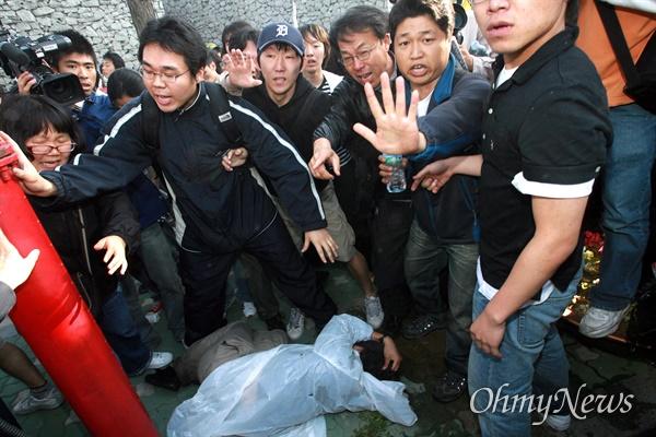 1일 오전 7시 45분경 서울 안국동 네거리에서 강제해산작전에 나선 경찰이 도망치는 한 시민의 머리를 몽둥이로 내리쳤다. 주변의 시민들이 부상자의 주변에 몰려들어 경찰의 추가 폭행을 막고 있다.