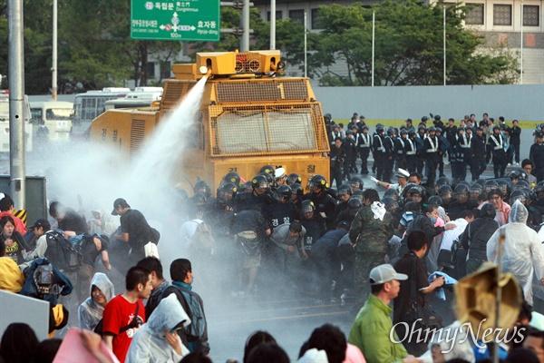 1일 새벽 서울 효자동 청와대 입구에서 광우병위험 미국산쇠고기 수입반대 및 재협상을 요구하며 밤샘시위를 벌인 시민, 학생들을 경찰이 살수차(물대포)를 동원해서 강제해산시키고 있다.