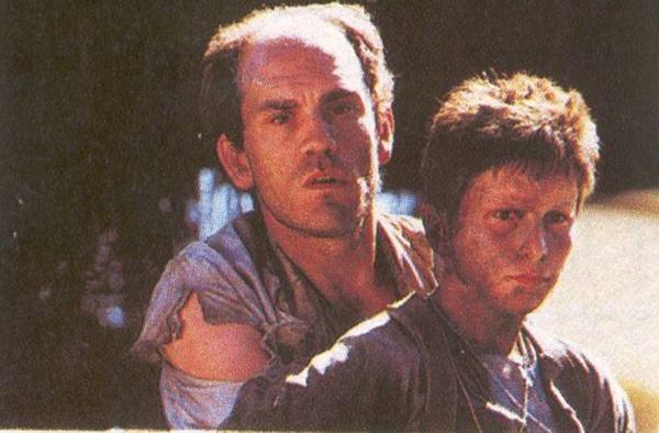 존 말코비치(왼쪽)는 <태양의 제국>에서 '그나마' 정상적인 캐릭터를 연기했다.