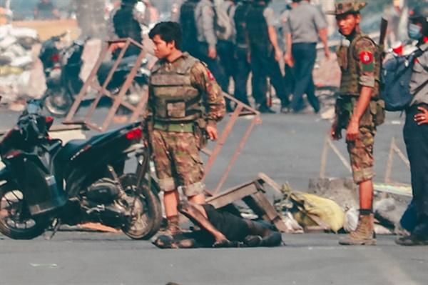 """쿠데타에 저항하는 시민들을 무자비하게 진압하고 있는 미얀마 군경. 사진은 4월 3일 만달레이에서 촬영한 것이다. 사진을 보내온 MPA는 """"장애물을 치우던 오토바이 운전자가 체포돼 무참히 구타당했다""""라고 설명했다."""