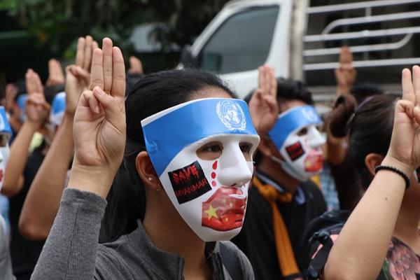군부 쿠데타에 저항하고 있는 미얀마인들이 4월 4일 양곤에서 '마스크 시위'를 벌였다.