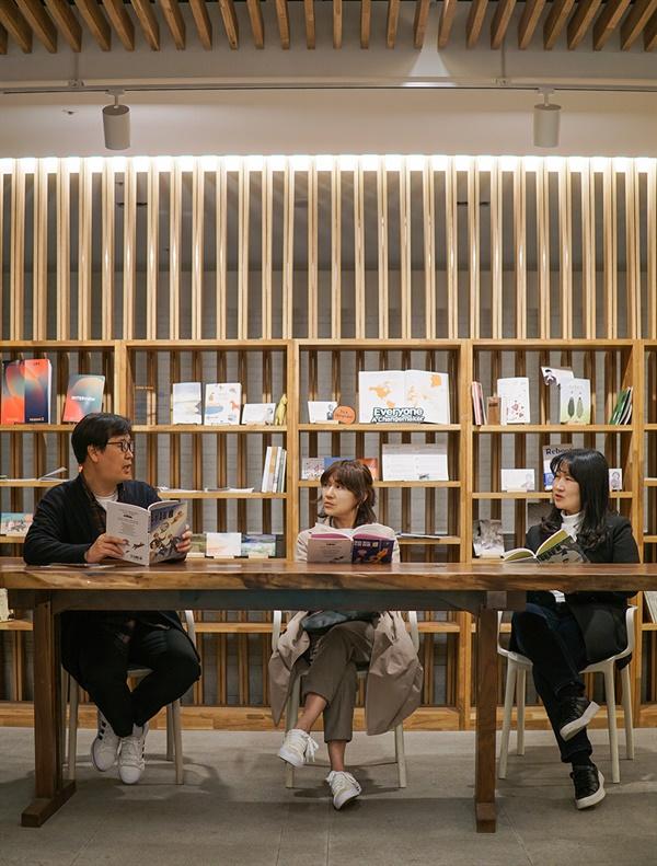작가들의 협업에 관하여 이야기 나누는 김태호 작가, 전경남 작가, 전성현 작가(좌부터)