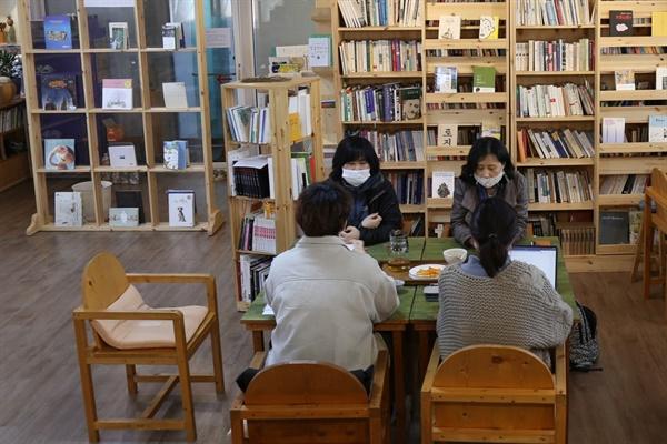 구례읍 5일시장작은길에 위치한 산보고책보고 작은도서관