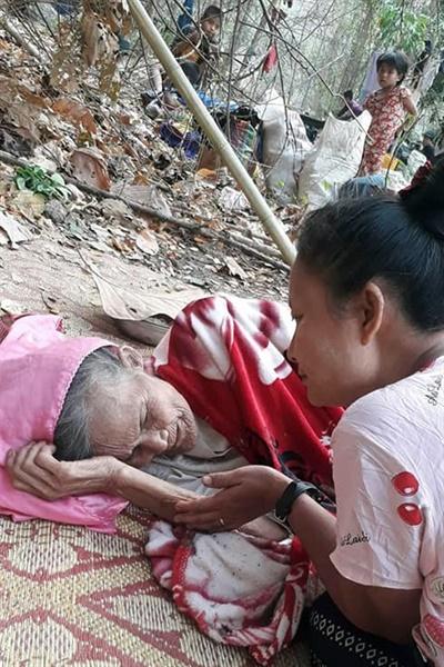 """쿠데타를 일으킨 미얀마 군부는 3월 27~30일 소수민족인 카렌족이 머물고 있는 카렌주를 공습했다. 카렌민족연합(KNU)는 4월 2일 성명을 통해 """"무장하지 않은 민간인에 대한 공습으로 어린이와 학생을 포함한 많은 사람들이 사망했고 학교, 주택, 마을이 파괴됐다""""며 """"또한 공습으로 마을을 탈출한 1만 2000명 이상의 사람들이 대피하고 있다""""라고 발표했다."""