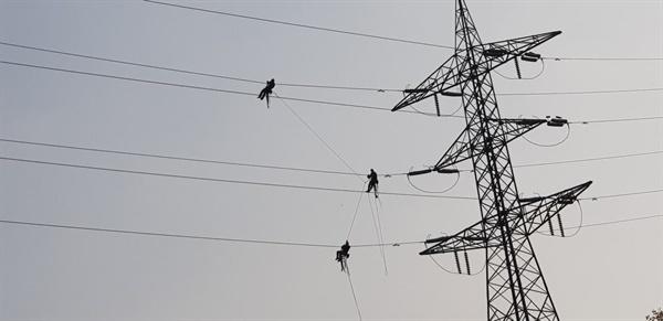 평균 100m 높이의 송전탑 위에서 작업 중인 송전 전기원들