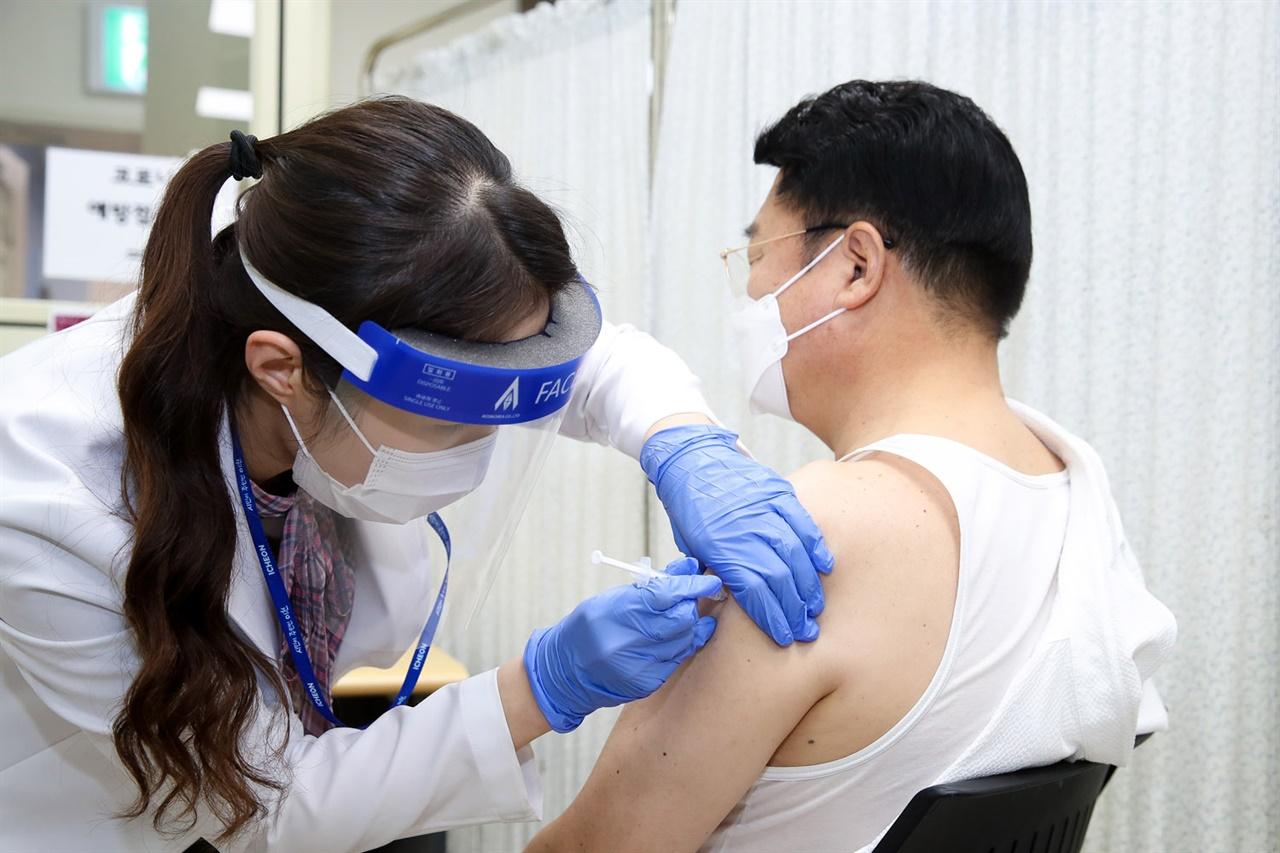 엄태준 이천시장이 아스트라제네카 백신을 접종받고 있다.