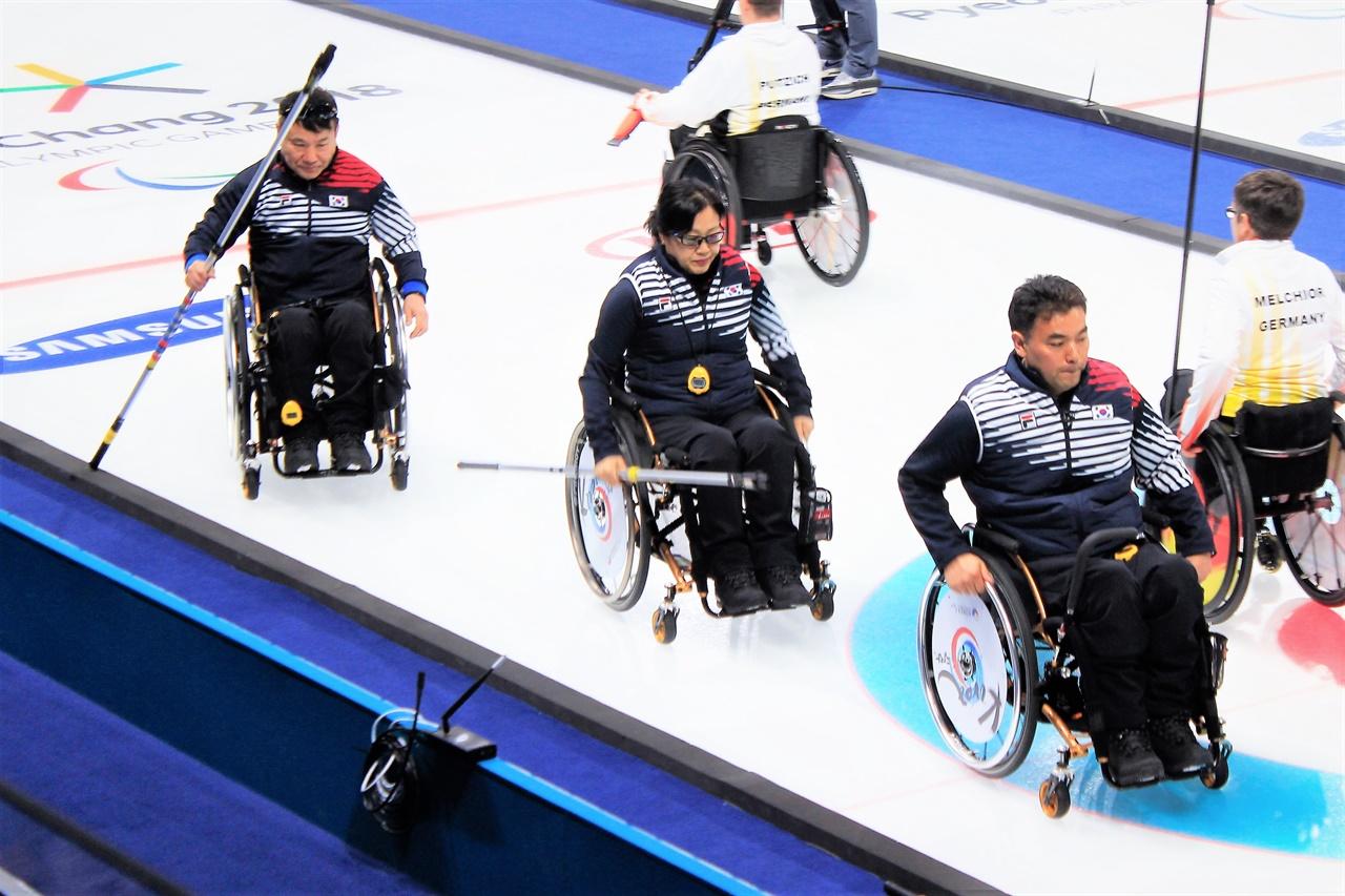 평창 패럴림픽 당시의 차진호, 방민자, 정승원(왼쪽부터) 선수. 예선에서 좋은 성적을 거두었던 선수들은 4위라는 아쉬운 최종 성적표를 받아들어야만 했다.