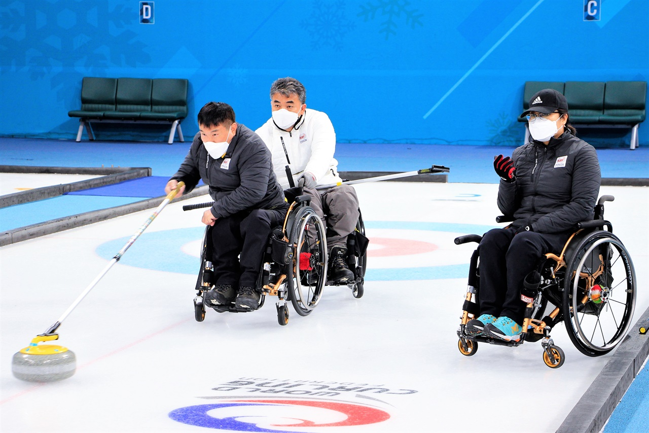 한창 훈련에 열중인 (왼쪽부터)정승원, 차진호, 방민자 선수.