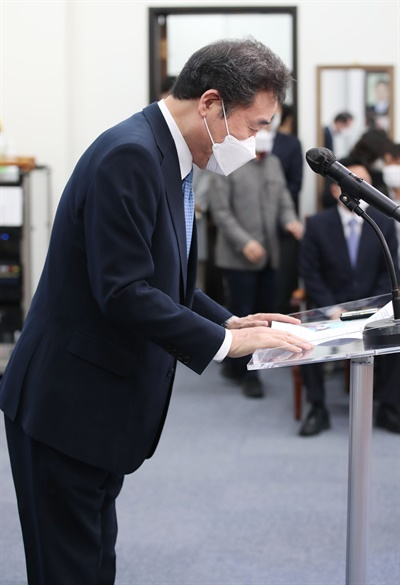 더불어민주당 이낙연 공동 상임선대위원장이 7일 오전 국회에서 4·7 재보궐선거 투표독려 기자회견에 앞서 인사하고 있다.