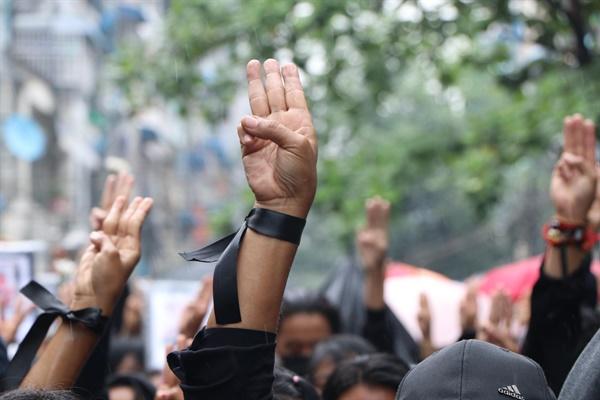 군부 쿠데타에 저항하고 있는 미얀마인들이 4월 5일 양곤 알론(Ahlone)에서 시위 중 사망한 이들을 기리며 행진하고 있다.