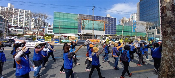 4월 2일, 파업 결의대회를 하기 위해 대성에너지 앞으로 행진하는 대성에너지 검침.점검 여성노동자들